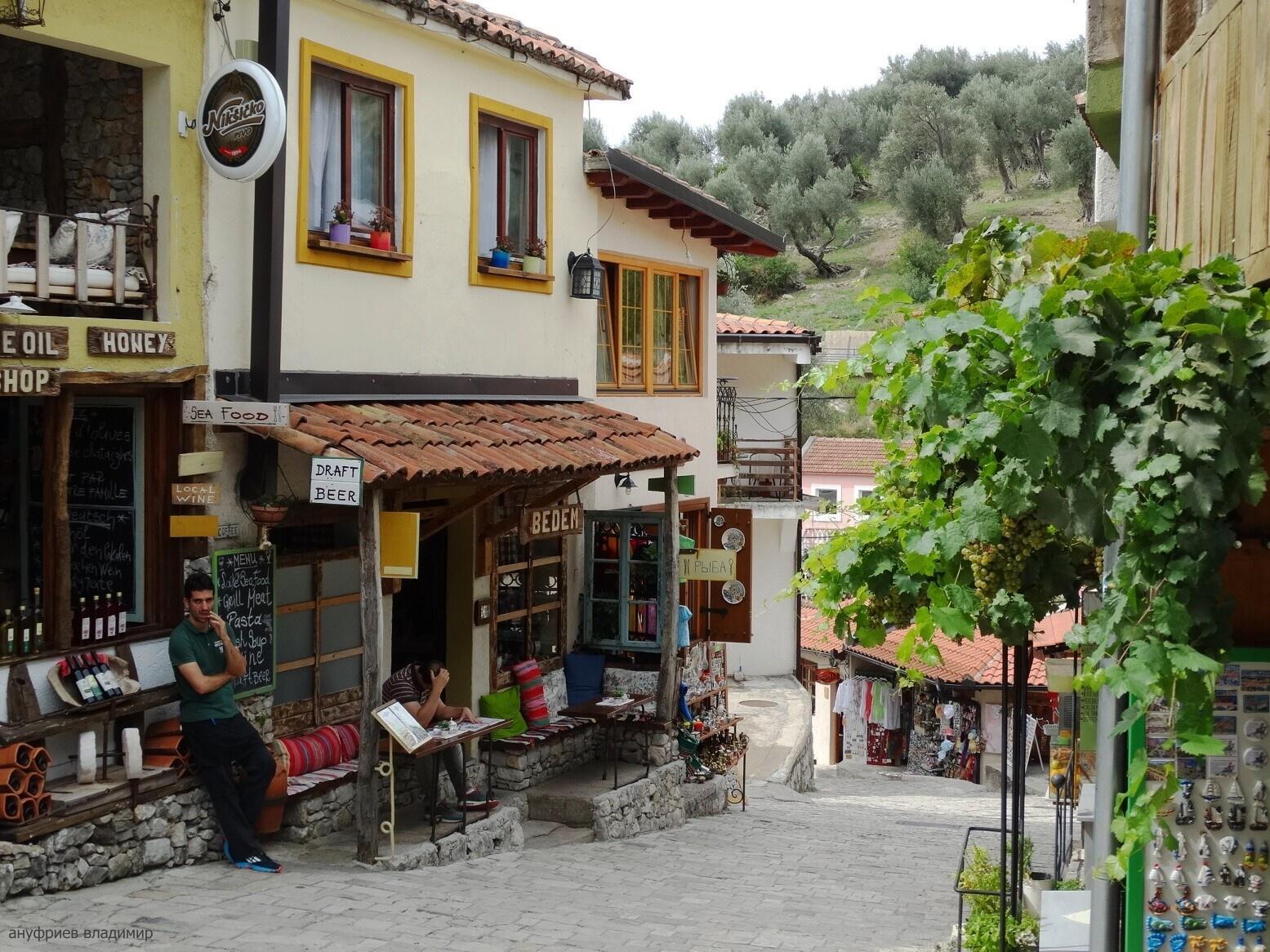 Практически все итальянские товары поступают в Черногорию через город Бар