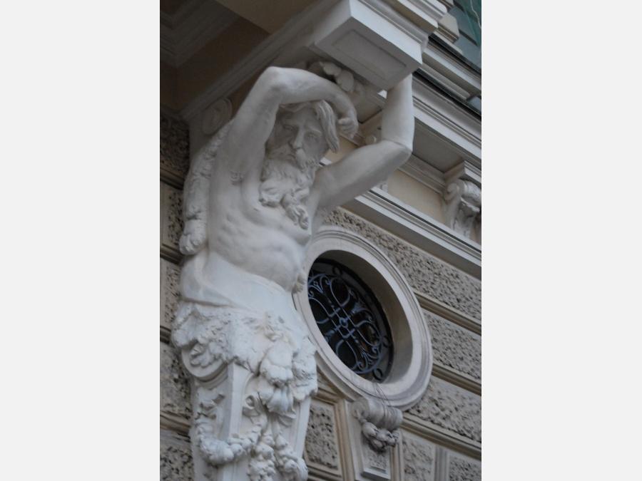 Несколько веков держит балкон. (санкт-петербург, россия) - ф.