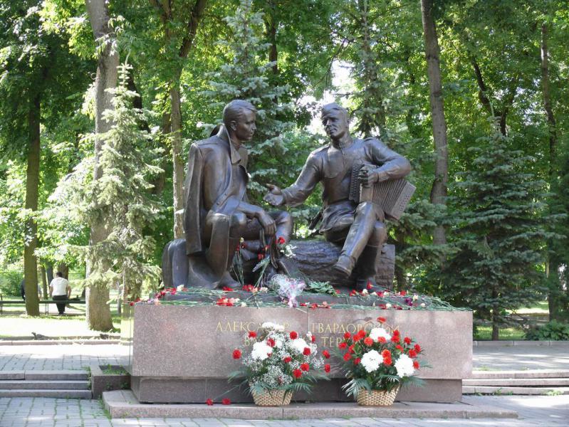 памятник василию теркину в смоленске фото двумя
